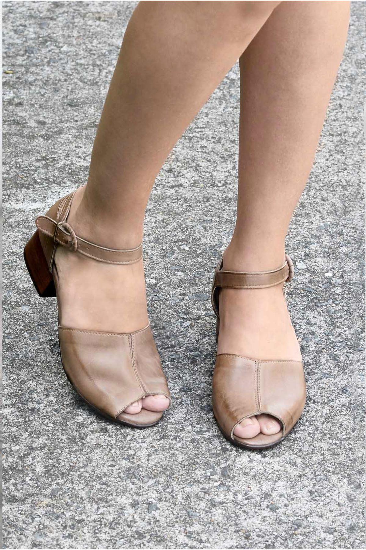 dd5a9cdb8f Sandália Feminina Salto Baixo Neva Mundial CR TAUPE - Mundial Calçados